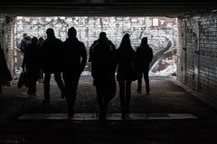 Siluetas de peatones en paso inferior Imagen de archivo libre de regalías