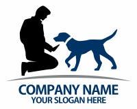 Siluetas de perros y de su logotipo de los dueños Foto de archivo