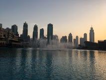Siluetas de rascacielos en Dubai en la puesta del sol Foto de archivo