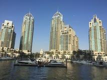Siluetas de rascacielos en Dubai por la tarde Imagenes de archivo