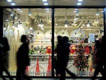 Siluetas del árbol de navidad de la tienda de China de transeúntes Foto de archivo libre de regalías
