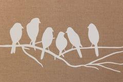 Siluetas del pájaro en la materia textil marrón Fotos de archivo