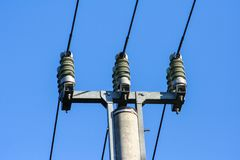 Siluetas del polo y de líneas eléctricas de alto voltaje foto de archivo