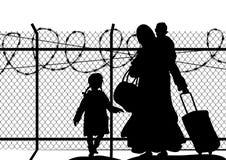 Siluetas del refugiado con dos niños que se colocan en la frontera Religión de la inmigración y tema social Fotos de archivo