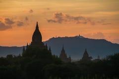 Siluetas del templo de Bagan en la puesta del sol fotografía de archivo