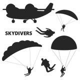 Siluetas del vector del aeroplano y de los skydivers aisladas en el fondo blanco stock de ilustración