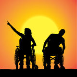 Siluetas del vector de la gente en una silla de ruedas Imágenes de archivo libres de regalías