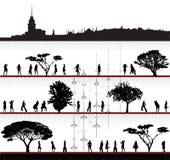 Siluetas del vector del grupo de las muchachas con paisaje urbano Foto de archivo