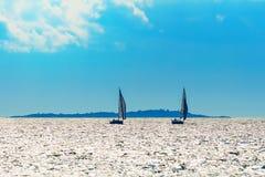 Siluetas del velero en un día de verano agradable Imágenes de archivo libres de regalías