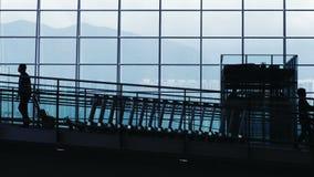 Siluetas del viajero en aeropuerto almacen de metraje de vídeo