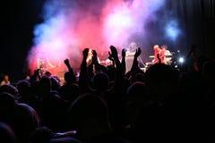 Siluetas en concierto de la música Fotografía de archivo libre de regalías