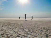 Siluetas en el lago de sal foto de archivo libre de regalías