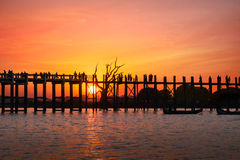 Siluetas en el puente de la teca de U Bein en la puesta del sol Myanmar (Birmania) Fotografía de archivo libre de regalías