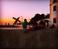 Siluetas en la puesta del sol Foto de archivo