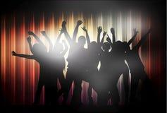 Siluetas felices de la gente del baile Imagenes de archivo