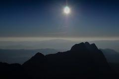 Siluetas hermosas de la montaña Foto de archivo