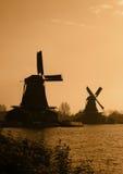 Siluetas holandesas de los molinoes de viento Imagenes de archivo