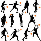 Siluetas negras de los hombres que juegan a baloncesto en un backgroun blanco Fotos de archivo libres de regalías
