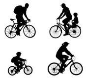 Siluetas recreativas de los ciclistas Imagen de archivo