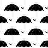 Siluetas simples blancos y negros de los paraguas, modelo inconsútil, vector Fotos de archivo