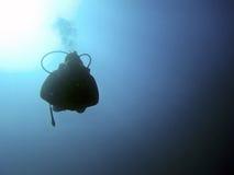 Siluetas subacuáticas del buceador contra el sol Imagen de archivo libre de regalías