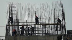 Siluetea al trabajador de construcción para hombre del emplazamiento de la obra de los ingenieros en emplazamiento de la obra cli almacen de video