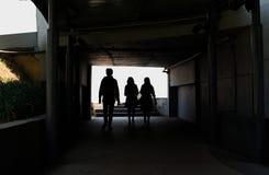 Siluetea a la gente que camina en la manera foto de archivo libre de regalías