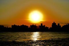 Siluetea la puesta del sol de Manhattan Imagen de archivo libre de regalías