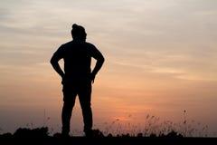 Siluetee al hombre con hermoso el cielo en la puesta del sol Fondo, Imagenes de archivo