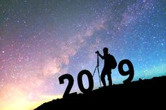 Siluetee al hombre joven feliz para el fondo del Año Nuevo 2019 en Fotografía de archivo