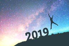 Siluetee al hombre joven feliz para el fondo del Año Nuevo 2019 en Fotografía de archivo libre de regalías