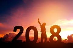 Siluetee al hombre joven feliz por 2018 Años Nuevos Imagen de archivo
