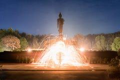 Siluetee Buda, y la iluminación de luces giratorias en Tailandia Fotografía de archivo