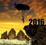 Siluetee el aterrizaje del paracaidista del skydiver adentro al Año Nuevo 2016 Imágenes de archivo libres de regalías
