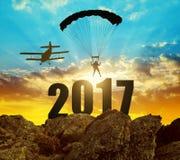 Siluetee el aterrizaje del paracaidista del skydiver adentro al Año Nuevo 2017 Imagenes de archivo