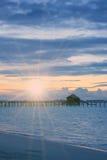 Siluetee la choza sobre la agua de mar reservada transparente en una puesta del sol, entonando maldives fotografía de archivo