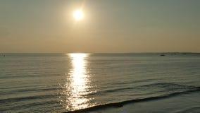 Siluetee la familia y el animal doméstico de la gente en el fondo de oro de la playa y de la puesta del sol del arena de mar Fotos de archivo
