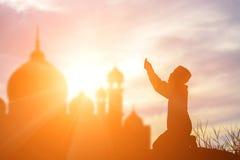 Siluetee la fe de rogación del muchacho musulmán en dios de Alá del suprem del Islam fotos de archivo