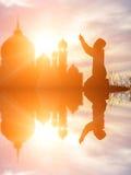 Siluetee la fe de rogación del muchacho musulmán en dios de Alá del suprem del Islam foto de archivo libre de regalías