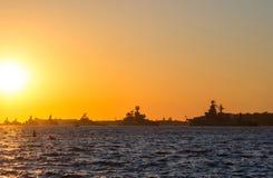 Siluetee la fila de buques de guerra en la bahía de Sevastopol Fotos de archivo libres de regalías