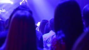 Siluetee a la gente en una muchedumbre con las manos encima del baile Muchedumbre del concierto en el festival de m?sica en direc almacen de metraje de vídeo