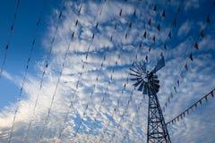Siluetee la línea de bandera del festival decoración y las turbinas de viento Fotografía de archivo libre de regalías
