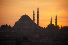 Siluetee la mezquita el tiempo de la puesta del sol, Estambul Turquía Imagenes de archivo