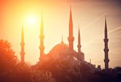 Siluetee la mezquita el tiempo de la puesta del sol, la silueta con efecto de la luz del sol el tiempo de la puesta del sol y el  Imágenes de archivo libres de regalías