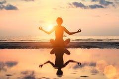 Siluetee a la mujer de la yoga de la meditación en el fondo del mar Imágenes de archivo libres de regalías