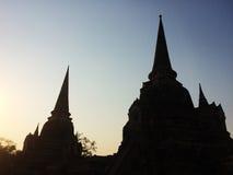 Siluetee la pagoda del templo viejo en la provincia de Ayuthaya, parque histórico Tailandia Foto de archivo
