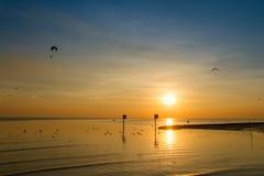 Siluetee Paramotor, paracaídas, vuelo de Paraglide en la puesta del sol Imágenes de archivo libres de regalías