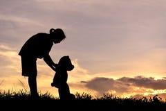 Siluetee a una muchacha con el oso de peluche Fotografía de archivo libre de regalías