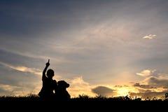 Siluetee a una muchacha con el oso de peluche Foto de archivo libre de regalías