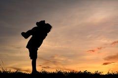 Siluetee a una muchacha con el oso de peluche Foto de archivo